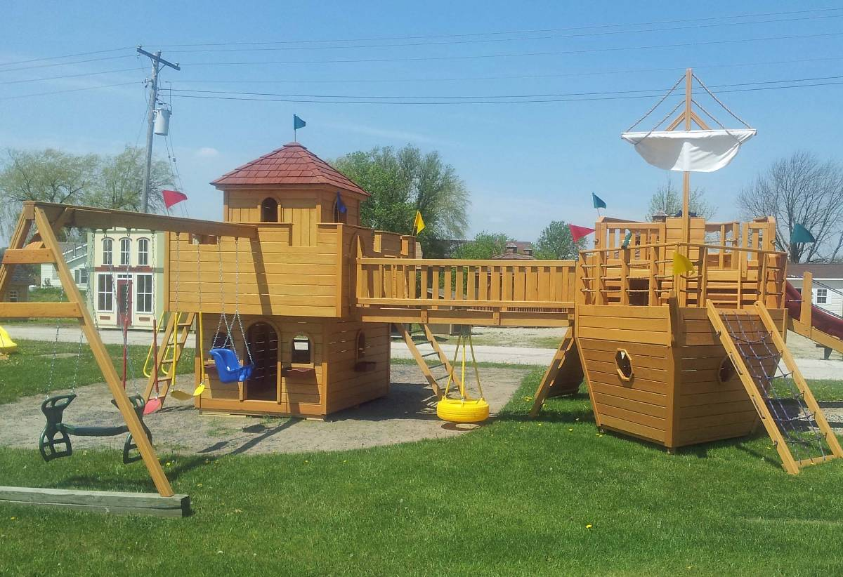 38 Homes That Turned Their Front Lawns Into Beautiful: Bosman Home Front: Visit For Play Mor Wooden Play